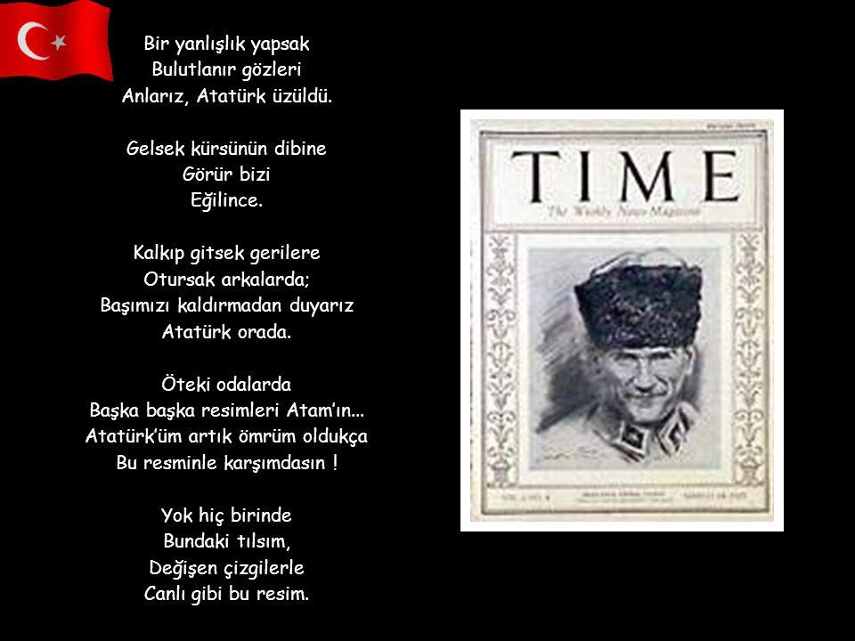 Kürsünün üstünde bir resim: Gözleri denizlerden mavi, Bakışları güneşlerden sıcak Dört mevsim. Kürsünün üstünde: Atatürk'üm, arkasında al bayrak, Koll