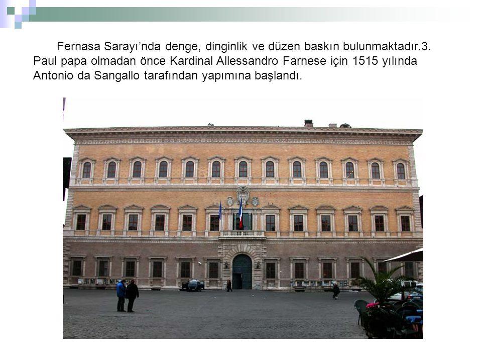 Zemin katta galeri yoktur fakat kör kemerler içinde pencereler vardır ve sütunlar da Roma geleneğine uygun olarak iyoniktir.Birinci katta ise korent nizamında sütunlar konmuştur.Farnese sarayının, yalnız nizamlarının yerleştirilmesi yönüyle, eski Roma geleneklerine arkeolojik olarak uyduğu görülüyor.