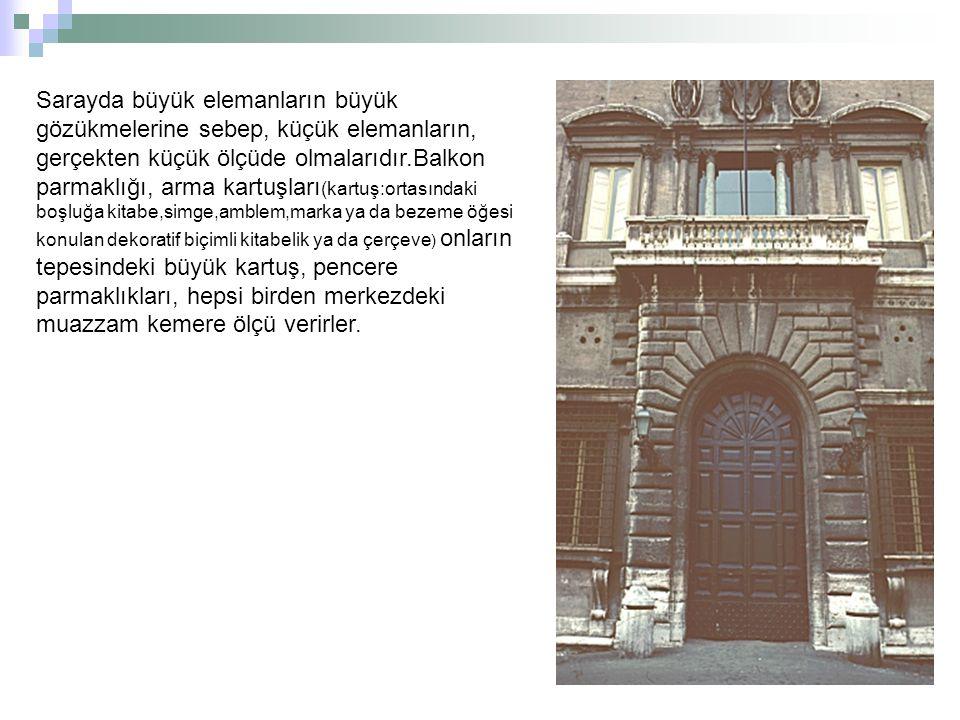 Michelangelo, kapıyı kapı üstündeki pencereyi en üst katı ve saçak kornişini yaptı.Merkezi kapı monumantal etkinin, yan detayların hesaplanması sonucu nasıl elde edileceğini ispat eder.