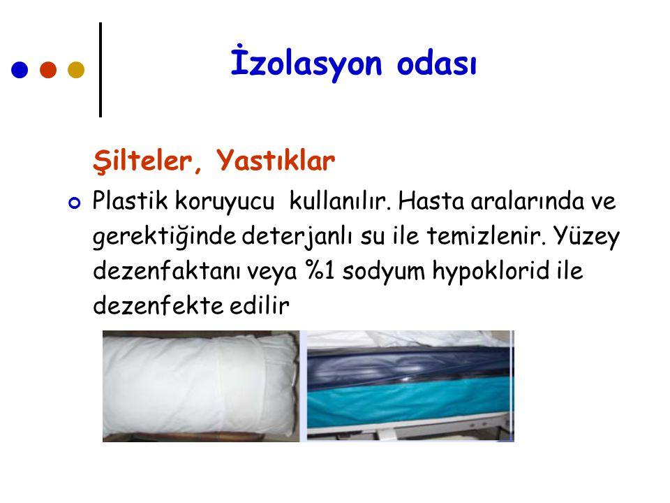 İzolasyon odası Şilteler, Yastıklar Plastik koruyucu kullanılır. Hasta aralarında ve gerektiğinde deterjanlı su ile temizlenir. Yüzey dezenfaktanı vey