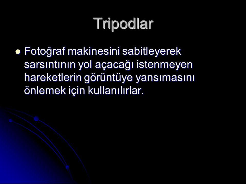 Tripodlar  Fotoğraf makinesini sabitleyerek sarsıntının yol açacağı istenmeyen hareketlerin görüntüye yansımasını önlemek için kullanılırlar.