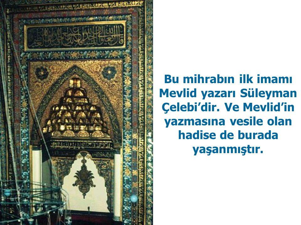  Mihrabın üstünde askılı levhada Efendimizin (S.A.V) ismi ve etrafında miraç ayetleri yazılıdır.