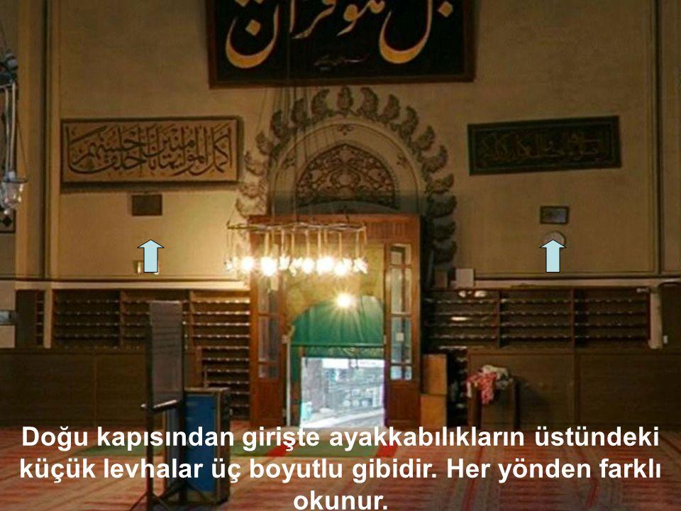 DOĞU KAPI ÜZERİNDEKİ LEVHA Bel Hüve Kur'anun Mecid.