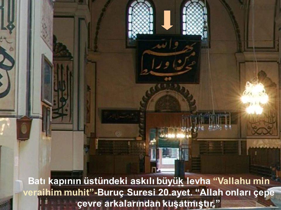 Batı Duvarında: Ortada Euzu-Besmele ve Kur'anın son suresi, Nas suresinin harfleriyle meydana getirilmiş bir sanat eseri