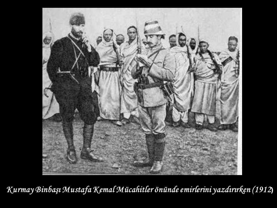 Kurmay Binbaşı Mustafa Kemal Mücahitler önünde emirlerini yazdırırken (1912 )