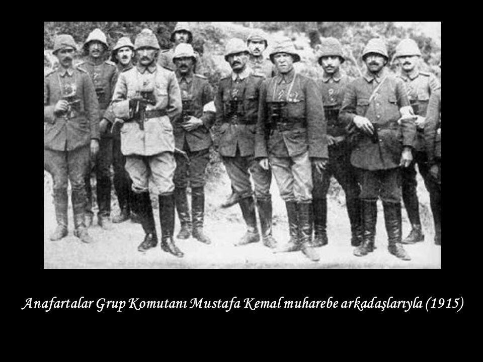 Anafartalar Grup Komutanı Mustafa Kemal muharebe arkadaşlarıyla (1915)