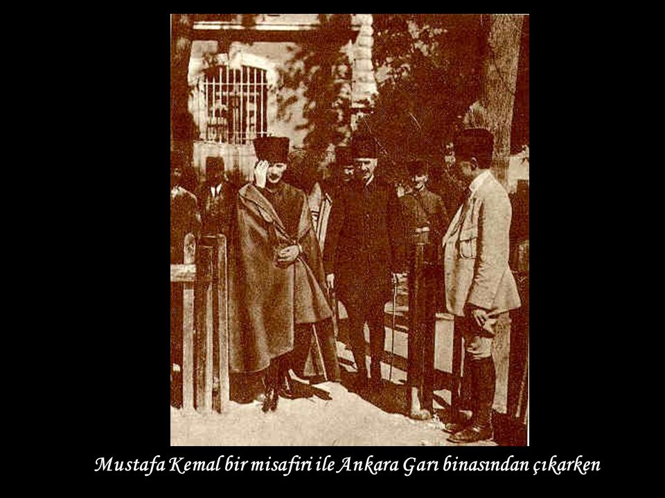 Mustafa Kemal bir misafiri ile Ankara Garı binasından çıkarken