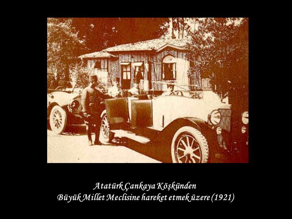 Atatürk Çankaya Köşkünden Büyük Millet Meclisine hareket etmek üzere (1921)