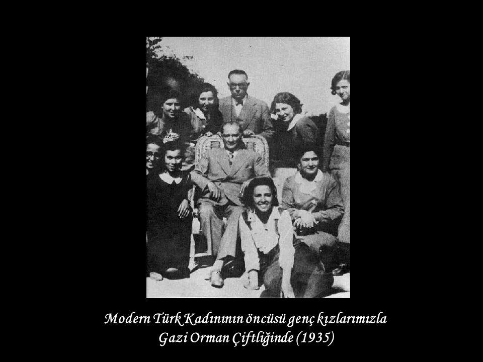 Modern Türk Kadınının öncüsü genç kızlarımızla Gazi Orman Çiftliğinde (1935)