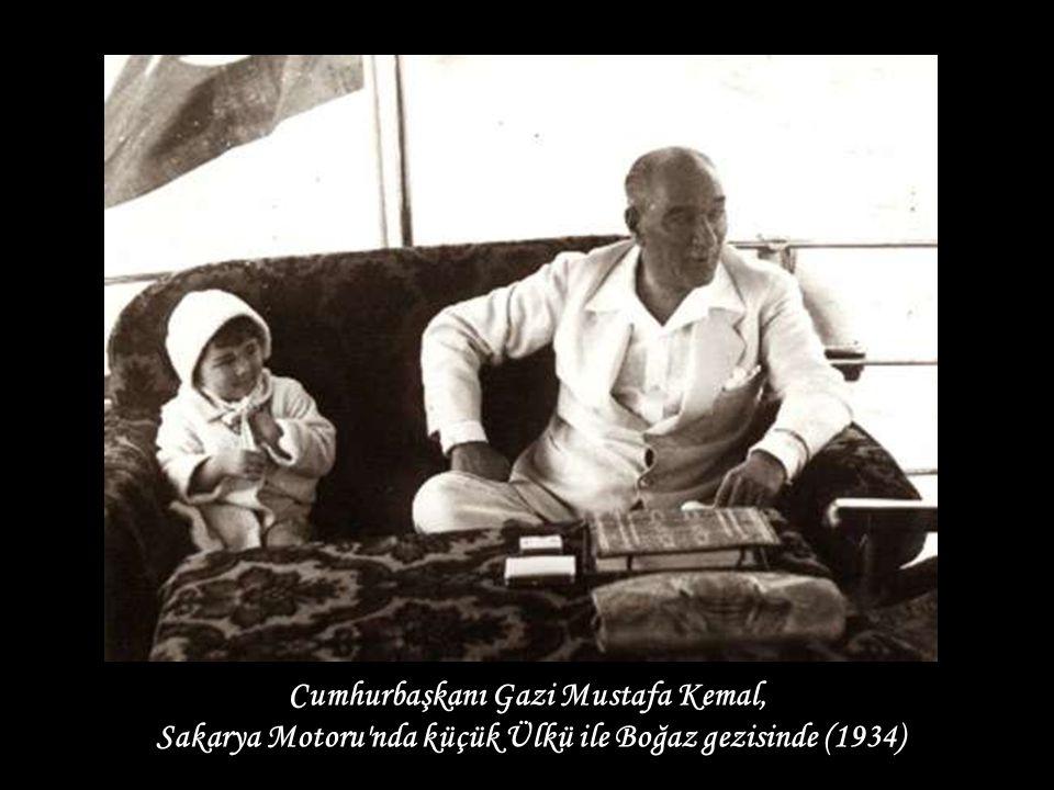 TBMM Başkanı Gazi Mustafa Kemal, eşi Lâtife Hanım (sağ baştaki) ve ailesi (Uşaklıgil) ile Cumhurbaşkanı Gazi Mustafa Kemal, Sakarya Motoru nda küçük Ülkü ile Boğaz gezisinde (1934)