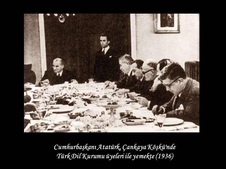 Cumhurbaşkanı Atatürk, Çankaya Köşkü nde Türk Dil Kurumu üyeleri ile yemekte (1936)