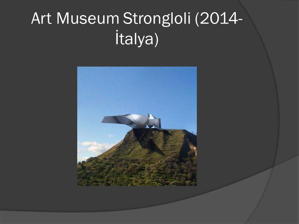 İtalya Calabrio'da Monte Grande Dağ'ı tepesine konumlandırılmış olan Strongoli heykelsi bir görünüme sahip olup konik bir yapısı vardır.3 ana binadan oluşmaktadır.Girişi şehre doğru yönelmiştir.Buraya yer altından 2 gizli asansörle ulaşım sağlanmaktadır.
