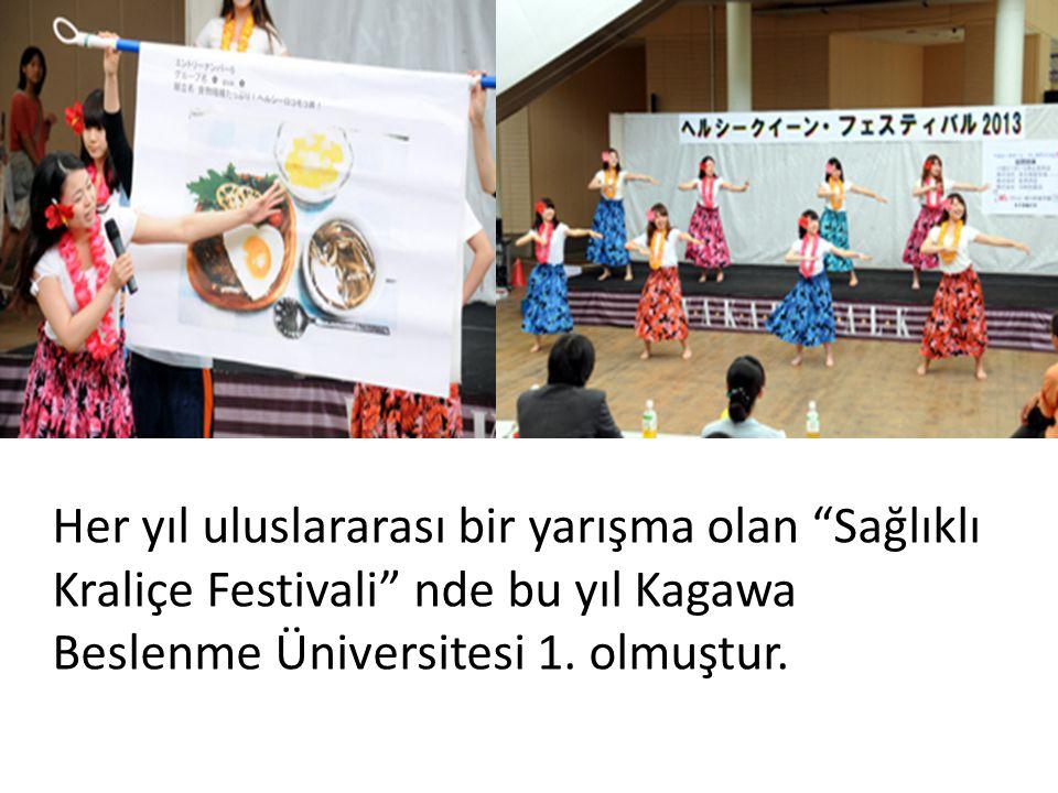 """Her yıl uluslararası bir yarışma olan """"Sağlıklı Kraliçe Festivali"""" nde bu yıl Kagawa Beslenme Üniversitesi 1. olmuştur."""