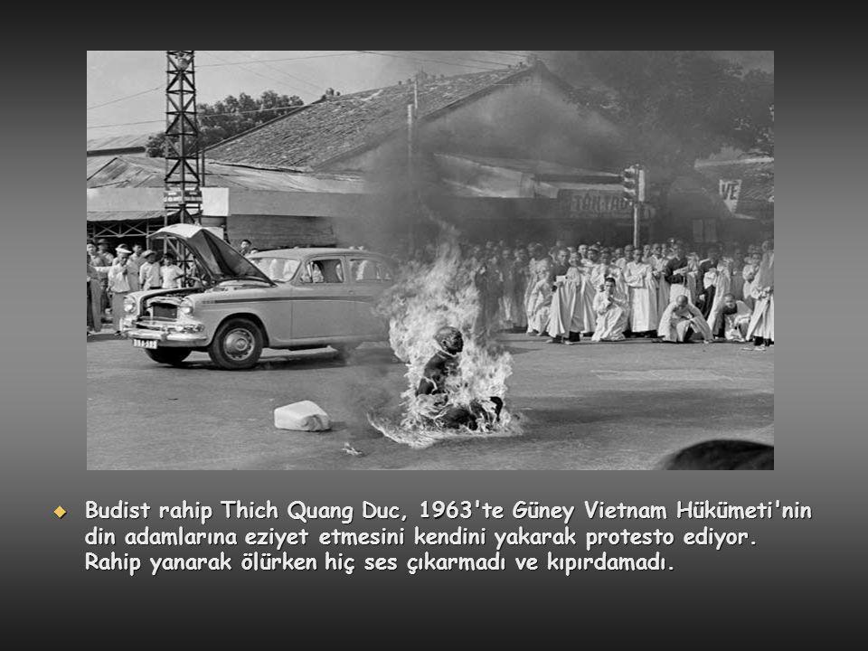  Budist rahip Thich Quang Duc, 1963'te Güney Vietnam Hükümeti'nin din adamlarına eziyet etmesini kendini yakarak protesto ediyor. Rahip yanarak ölürk