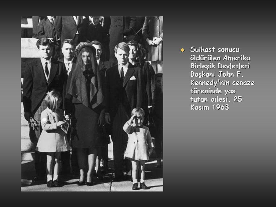  Suikast sonucu öldürülen Amerika Birleşik Devletleri Başkanı John F. Kennedy'nin cenaze töreninde yas tutan ailesi. 25 Kasım 1963