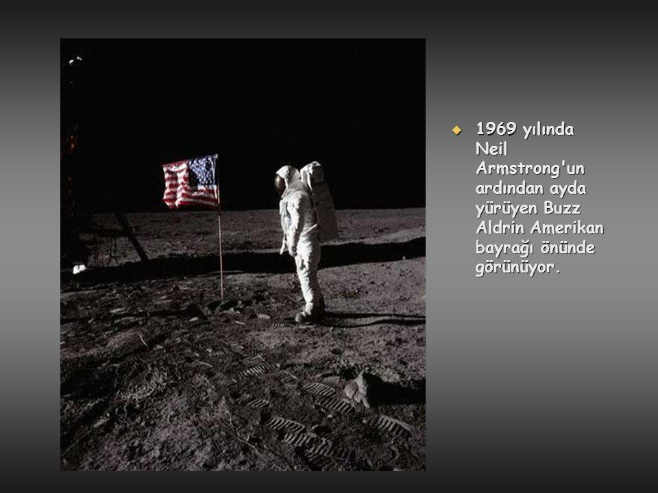  1969 yılında Neil Armstrong'un ardından ayda yürüyen Buzz Aldrin Amerikan bayrağı önünde görünüyor.
