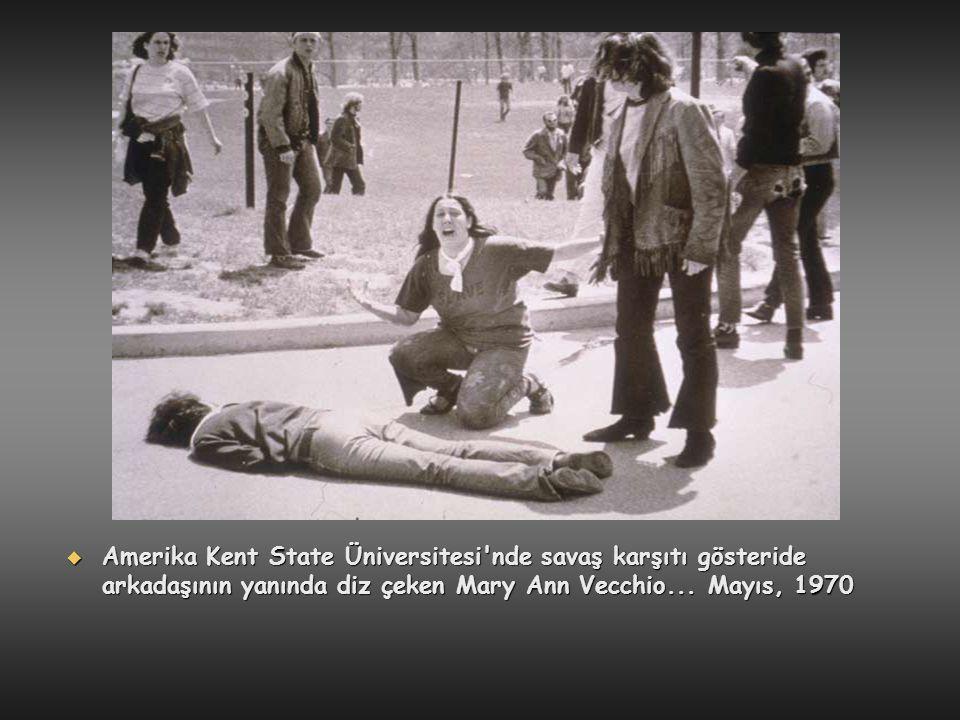  Amerika Kent State Üniversitesi'nde savaş karşıtı gösteride arkadaşının yanında diz çeken Mary Ann Vecchio... Mayıs, 1970