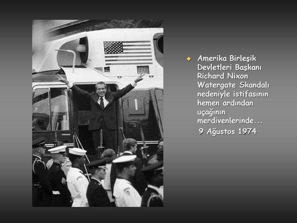  Amerika Birleşik Devletleri Başkanı Richard Nixon Watergate Skandalı nedeniyle istifasının hemen ardından uçağının merdivenlerinde... 9 Ağustos 1974