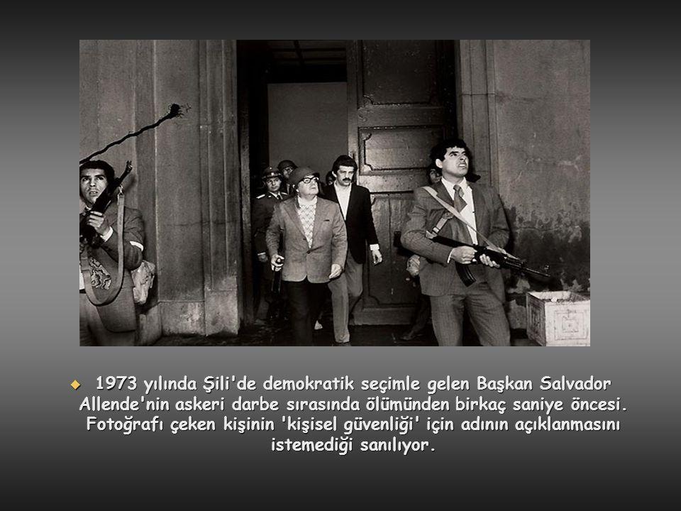  1973 yılında Şili'de demokratik seçimle gelen Başkan Salvador Allende'nin askeri darbe sırasında ölümünden birkaç saniye öncesi. Fotoğrafı çeken kiş