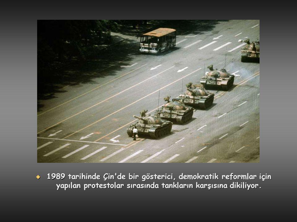  1989 tarihinde Çin'de bir gösterici, demokratik reformlar için yapılan protestolar sırasında tankların karşısına dikiliyor.