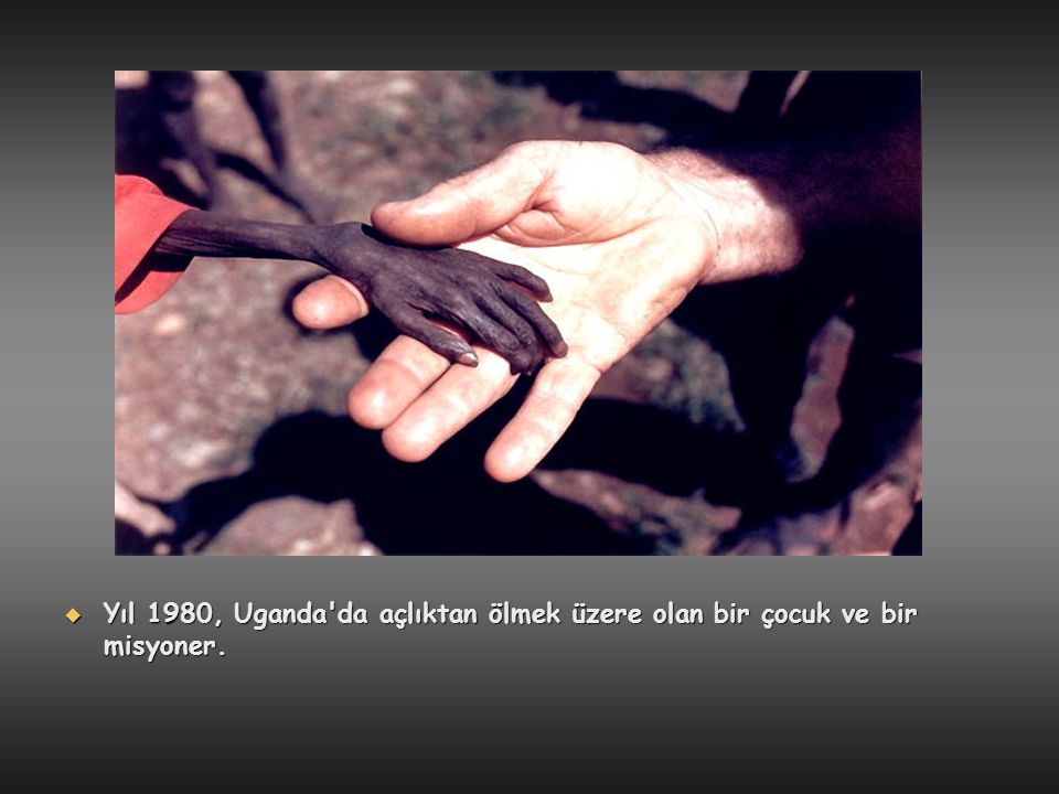  Yıl 1980, Uganda'da açlıktan ölmek üzere olan bir çocuk ve bir misyoner.