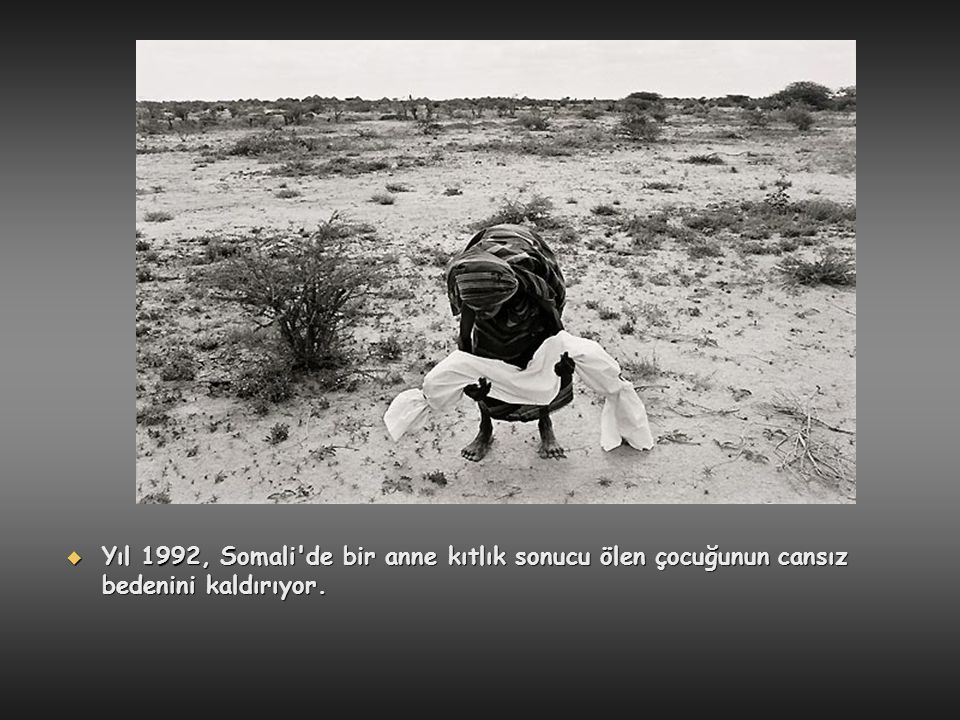  Yıl 1992, Somali'de bir anne kıtlık sonucu ölen çocuğunun cansız bedenini kaldırıyor.