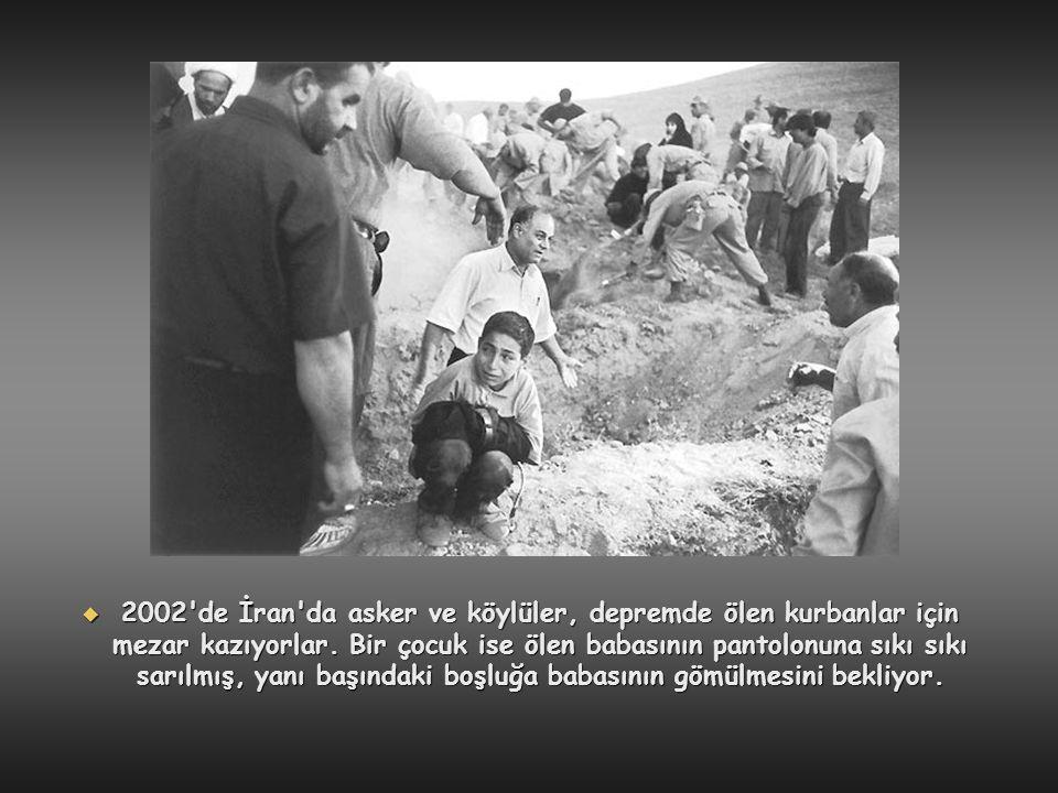  2002'de İran'da asker ve köylüler, depremde ölen kurbanlar için mezar kazıyorlar. Bir çocuk ise ölen babasının pantolonuna sıkı sıkı sarılmış, yanı