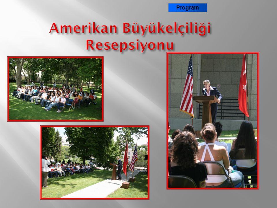 ABD Maslahatgüzarı Bayan Nancy McEldowney Amerika'ya gidecek ISE World öğrencileriyle Ankara Büyükelçilik bahçesinde ISE World adına verilen resepsiyo