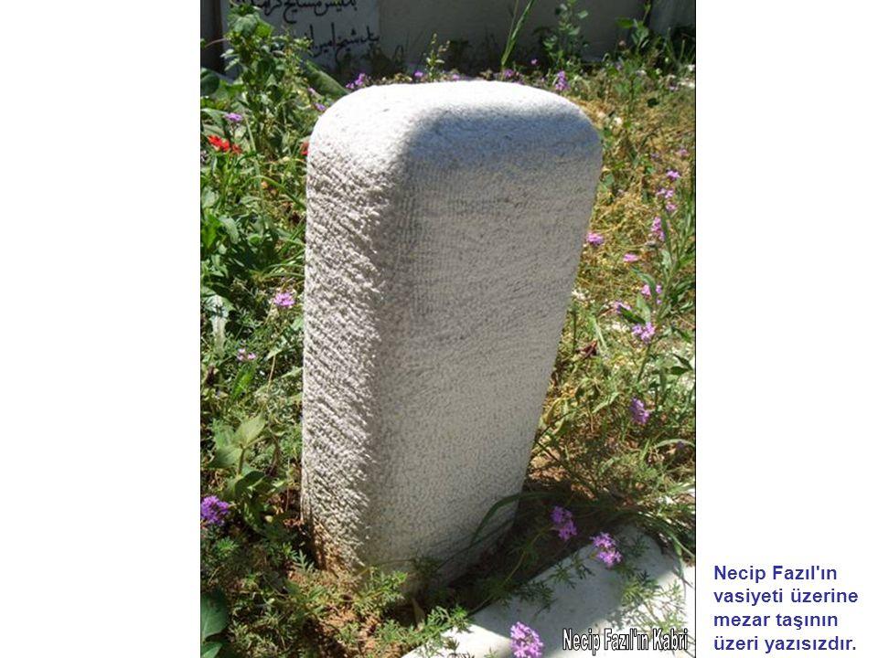 Necip Fazıl'ın vasiyeti üzerine mezar taşının üzeri yazısızdır.