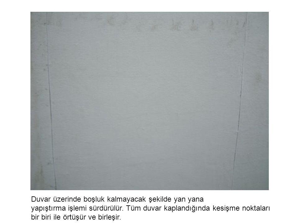 Duvar üzerinde boşluk kalmayacak şekilde yan yana yapıştırma işlemi sürdürülür. Tüm duvar kaplandığında kesişme noktaları bir biri ile örtüşür ve birl