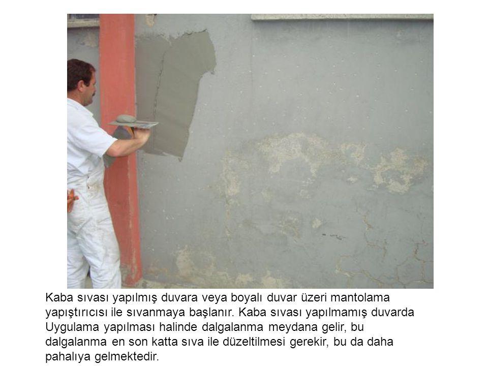 Kaba sıvası yapılmış duvara veya boyalı duvar üzeri mantolama yapıştırıcısı ile sıvanmaya başlanır. Kaba sıvası yapılmamış duvarda Uygulama yapılması