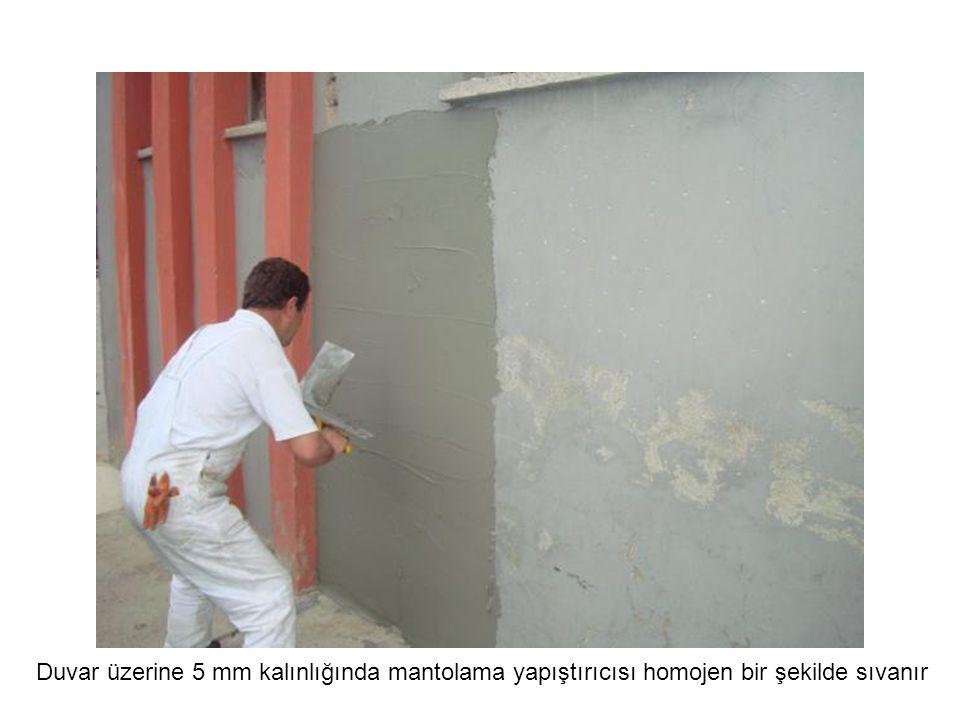 Duvar üzerine 5 mm kalınlığında mantolama yapıştırıcısı homojen bir şekilde sıvanır