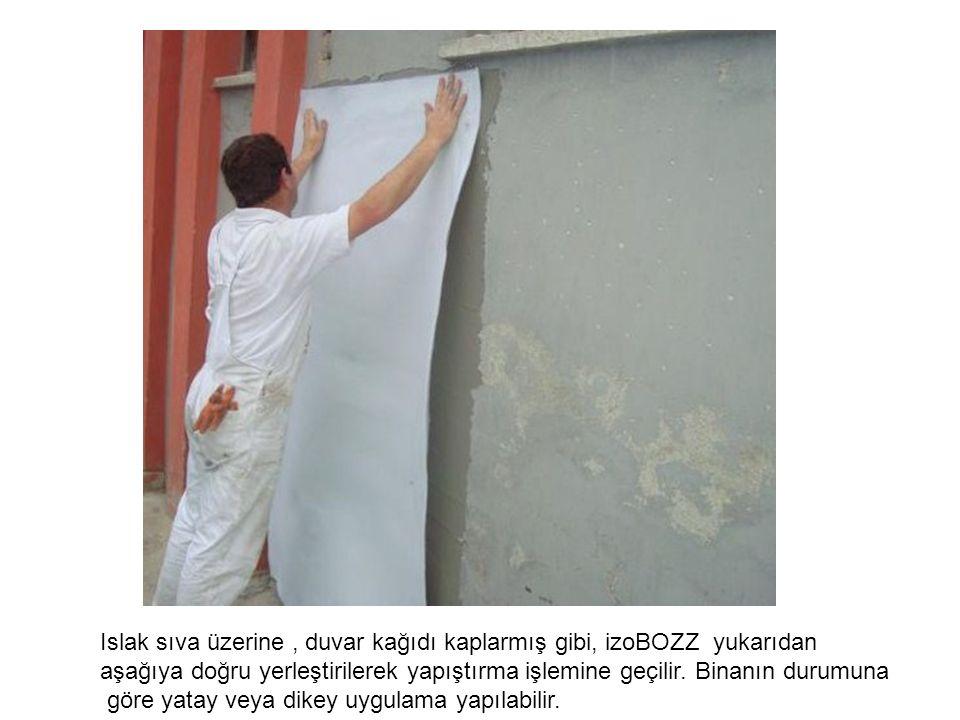 Islak sıva üzerine, duvar kağıdı kaplarmış gibi, izoBOZZ yukarıdan aşağıya doğru yerleştirilerek yapıştırma işlemine geçilir. Binanın durumuna göre ya