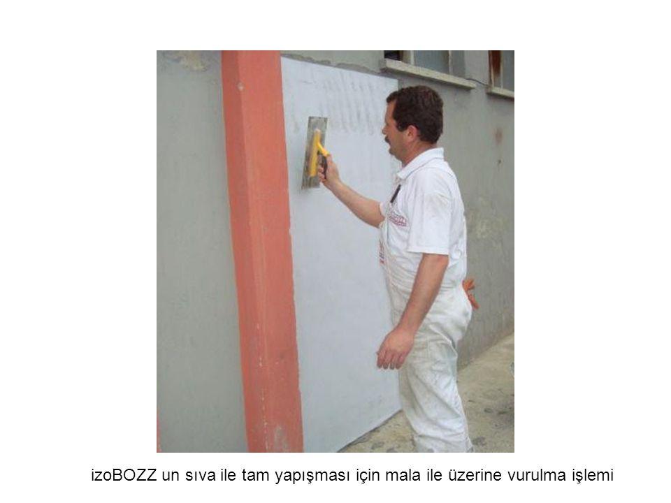 Duvar üzerinde boşluk kalmayacak şekilde yan yana yapıştırma işlemi sürdürülür.