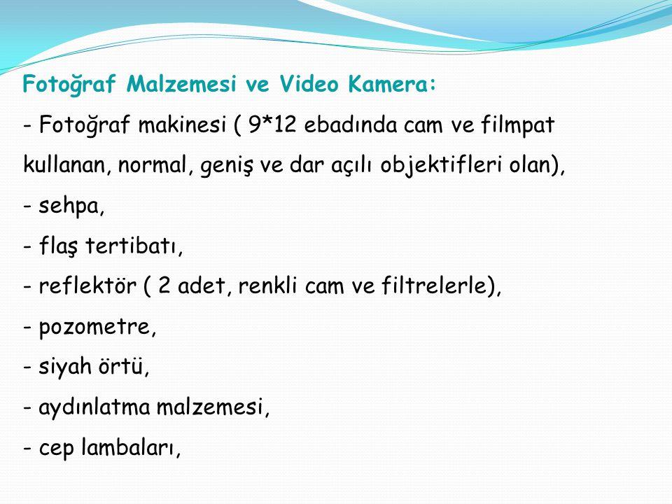 Fotoğraf Malzemesi ve Video Kamera: - Fotoğraf makinesi ( 9*12 ebadında cam ve filmpat kullanan, normal, geniş ve dar açılı objektifleri olan), - sehpa, - flaş tertibatı, - reflektör ( 2 adet, renkli cam ve filtrelerle), - pozometre, - siyah örtü, - aydınlatma malzemesi, - cep lambaları,