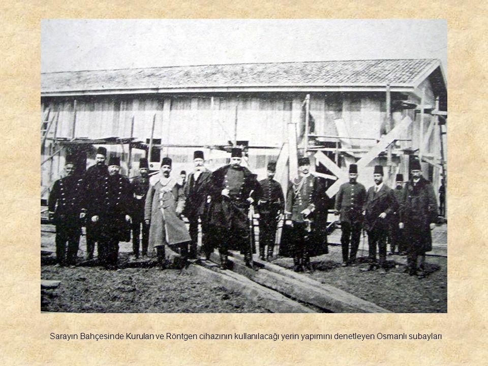 Sarayın Bahçesinde Kurulan ve Röntgen cihazının kullanılacağı yerin yapımını denetleyen Osmanlı subayları