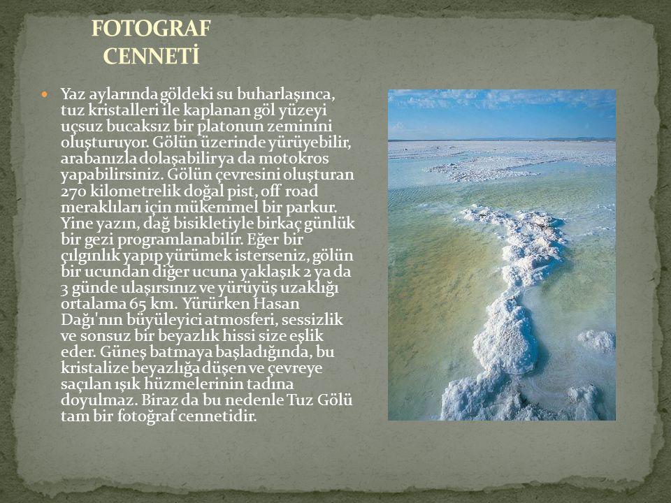 Yaz aylarında göldeki su buharlaşınca, tuz kristalleri ile kaplanan göl yüzeyi uçsuz bucaksız bir platonun zeminini oluşturuyor.