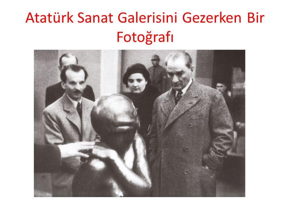 Atatürk Sanat Galerisini Gezerken Bir Fotoğrafı
