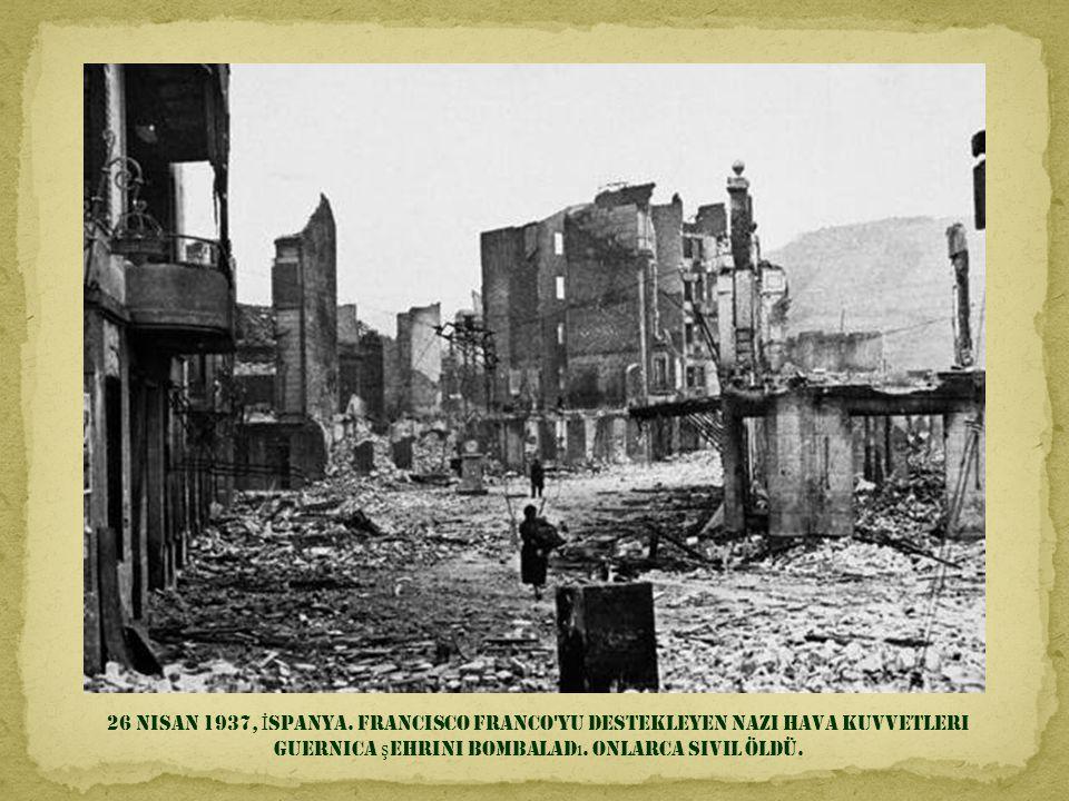 5 May ı s 1920, Moskova. Lenin bol ş evik birliklerine hitabediyor; Trokçi kenarda seyrediyor.