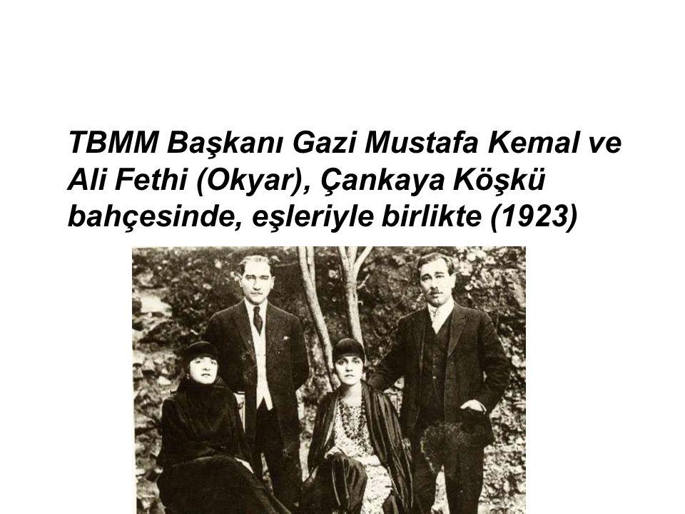 TBMM Başkanı Gazi Mustafa Kemal ve Ali Fethi (Okyar), Çankaya Köşkü bahçesinde, eşleriyle birlikte (1923)