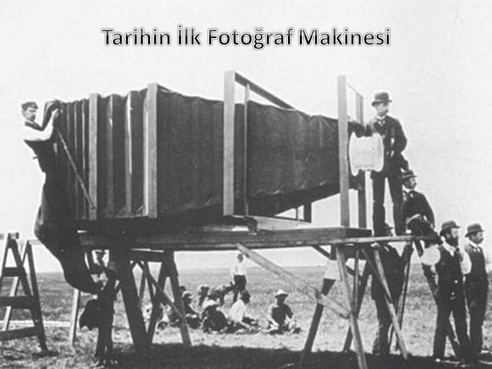 Tarihin ilk fotoğraf makinesi Fransız fizikçi Joseph Niepce tarafından kara kutu kullanılarak bir kalay kurşun alaşımı bir levha üzerine kopyalanması ile icat edildi.Bu icadı tarihi ise 1826 yılına rastlamaktadır.