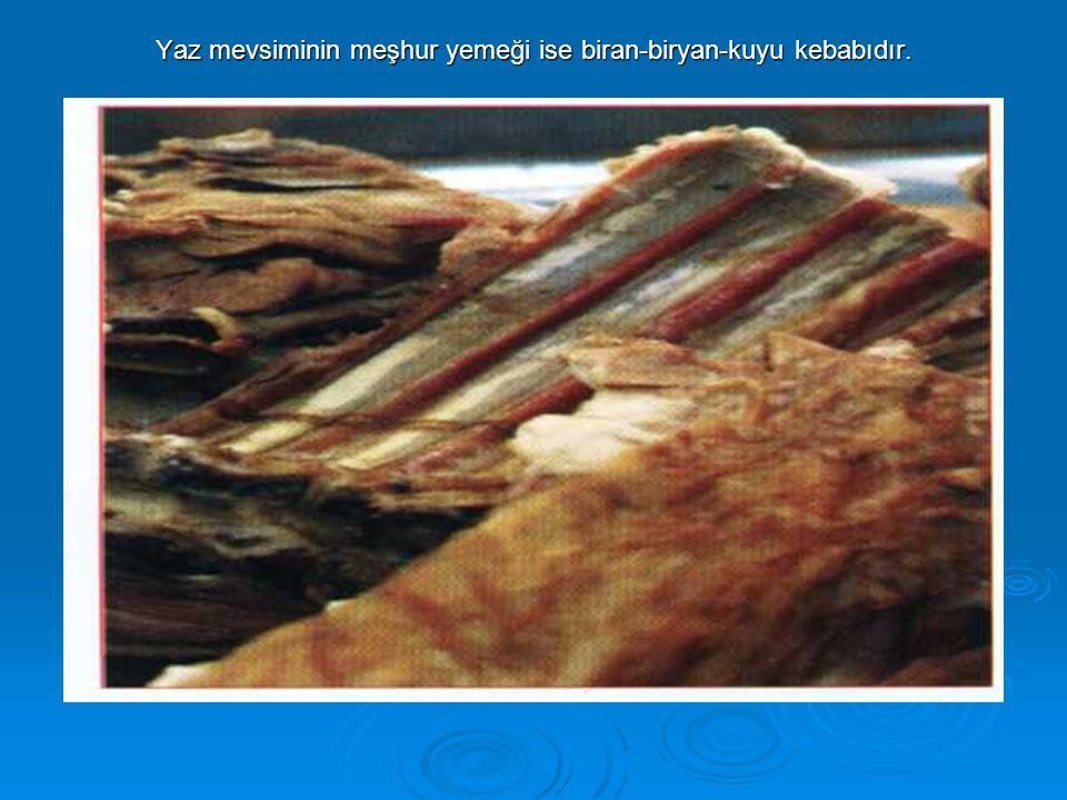 Yaz mevsiminin meşhur yemeği ise biran-biryan-kuyu kebabıdır.