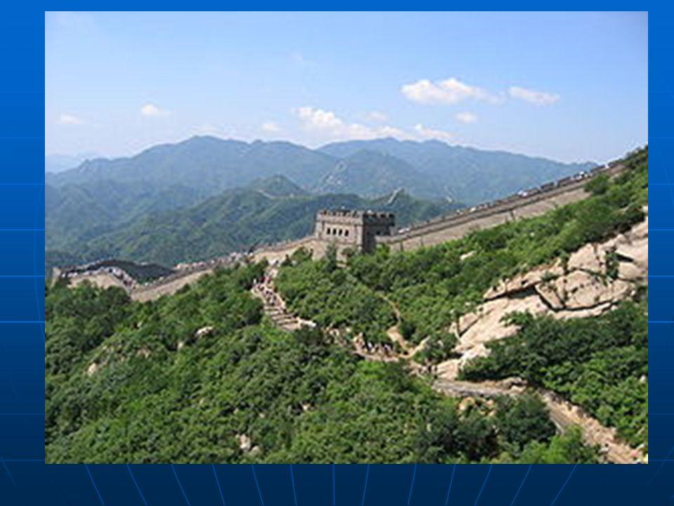   Çin Seddi, Çin'in kuzeybatısı boyunca uzanır. Dünyanın en uzun savunma duvarıdır. Kalıntıları Po Hay körfezinde deniz kıyısında başlar. Pekin'in k