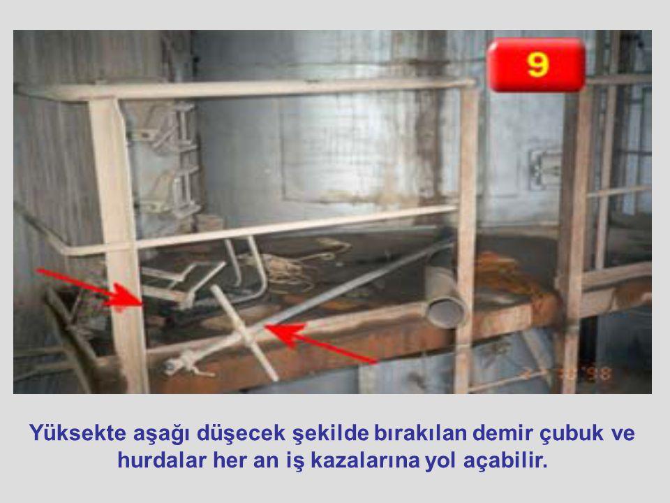Yüksekte aşağı düşecek şekilde bırakılan demir çubuk ve hurdalar her an iş kazalarına yol açabilir.