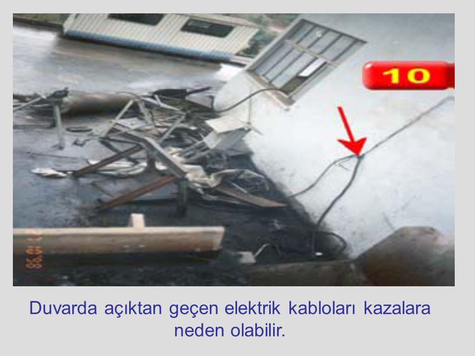 Duvarda açıktan geçen elektrik kabloları kazalara neden olabilir.