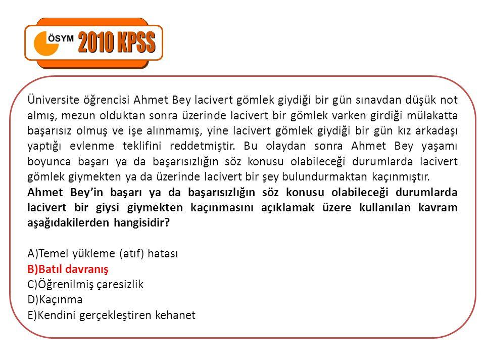 Üniversite öğrencisi Ahmet Bey lacivert gömlek giydiği bir gün sınavdan düşük not almış, mezun olduktan sonra üzerinde lacivert bir gömlek varken gird