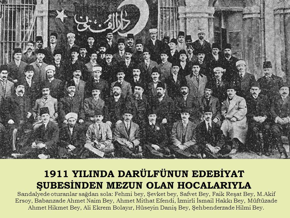 1911 YILINDA DARÜLFÜNUN EDEBİYAT ŞUBESİNDEN MEZUN OLAN HOCALARIYLA Sandalyede oturanlar sağdan sola: Fehmi bey, Şevket bey, Safvet Bey, Faik Reşat Bey