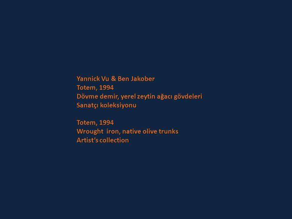 Yannick Vu & Ben Jakober Planta Cara, 1997 Motosiklet kaskları, tahta direk, metal levha Sanatçı koleksiyonu Yapıtın bir söz oyunu niteliği taşıyan İs