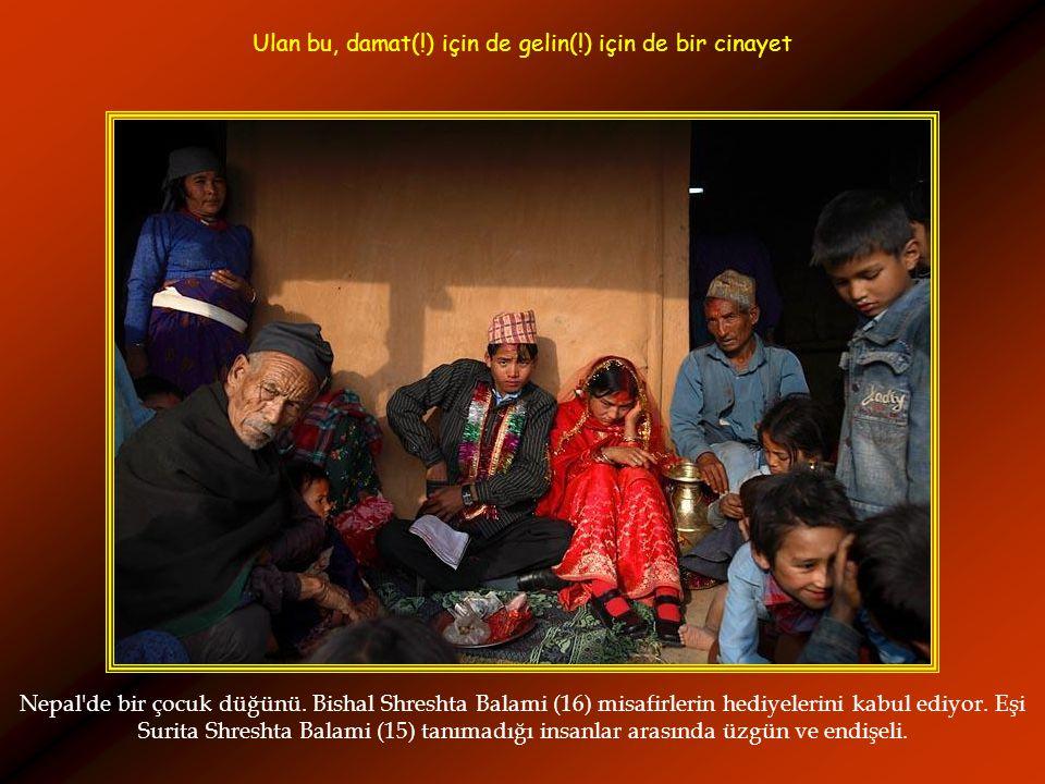 Nepal'de bir çocuk düğünü. Bishal Shreshta Balami (16) misafirlerin hediyelerini kabul ediyor. Eşi Surita Shreshta Balami (15) tanımadığı insanlar ara