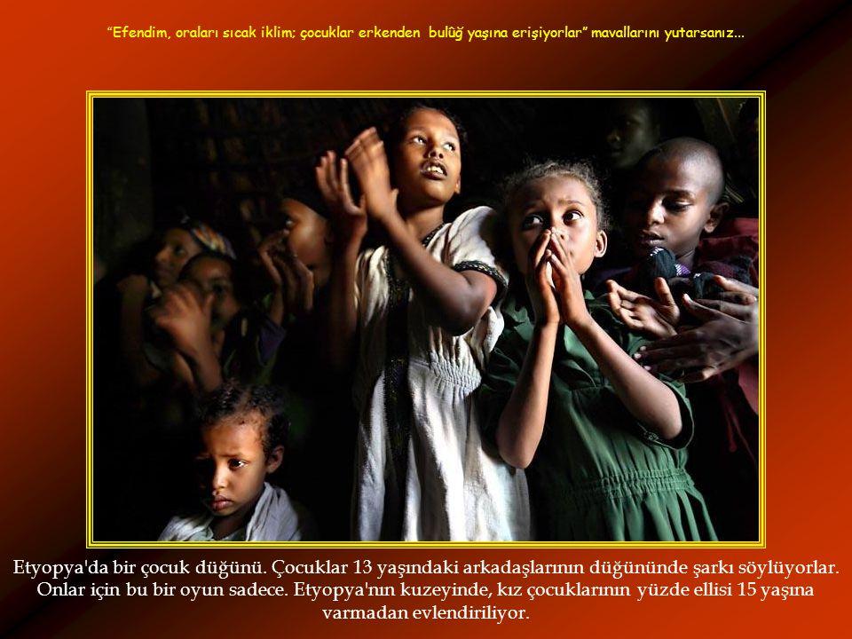 Etyopya da bir çocuk düğünü.Çocuklar 13 yaşındaki arkadaşlarının düğününde şarkı söylüyorlar.